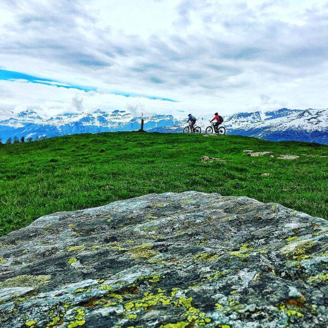 underneath the snow line #alps #mountains #swissalps #swissmountains #switzerland #valais #wallis #ridevs #mtbswitzerland #mtb #mountainbike #ridewithguide #marczauggbike #lifebehindbars #levolove #nature #mondayride #may2019 #enduromtb #mtbenduro #rider @_cla_ud_ia_ #welldone