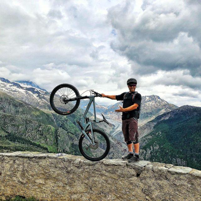 new bike day! 😁 #alps #mountains #swissalps #swissmountains #switzerland #valais #wallis #ridevs #mtb #mountainbike #mtbswitzerland #mtbenduro #enduromtb #santacruz #santacruzbikes #santacruzbikeswitzerland #lifebehindbars #june2019 . thank you for that beauty! @santacruzbikeswitzerland