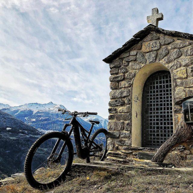 MY20 vs 1952 #alps #mountains #swissalps #swissmountains #switzerland #valais #wallis #ridevs #mtb #mountainbike #mtbswitzerland #mtbenduro #firstride #specialized #levo #my20 #levovelo #emtb #swisscycling #ridewithguide #marczauggbike #lifebehindbars #wallisgimpft  #november2019 #nature #rocknroll #chapel